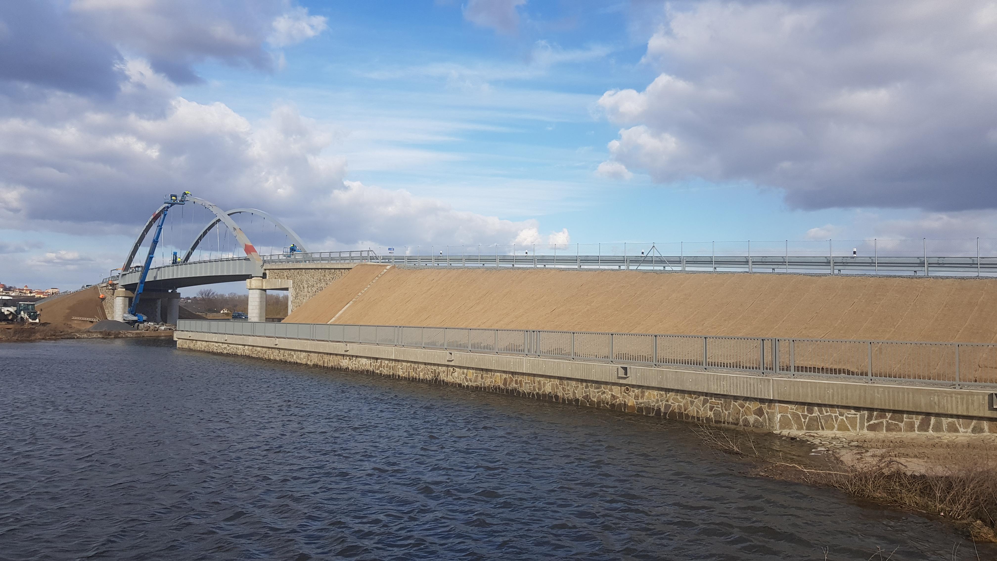 Na-posledni-novy-most-pres-plavebni-kanal-Vranany-Horin-vyjela-auta1.jpg