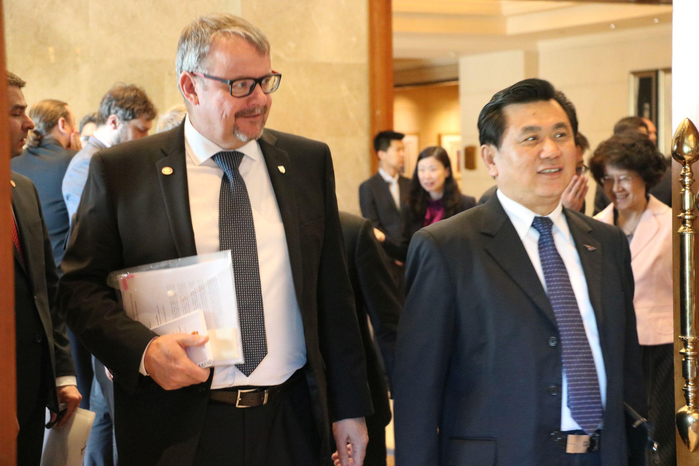 Ministr dopravy Dane Ťok s předsedou čínského úřadu civilního letectví Feng Čeng-linem v Pekingu, 13. května 2017