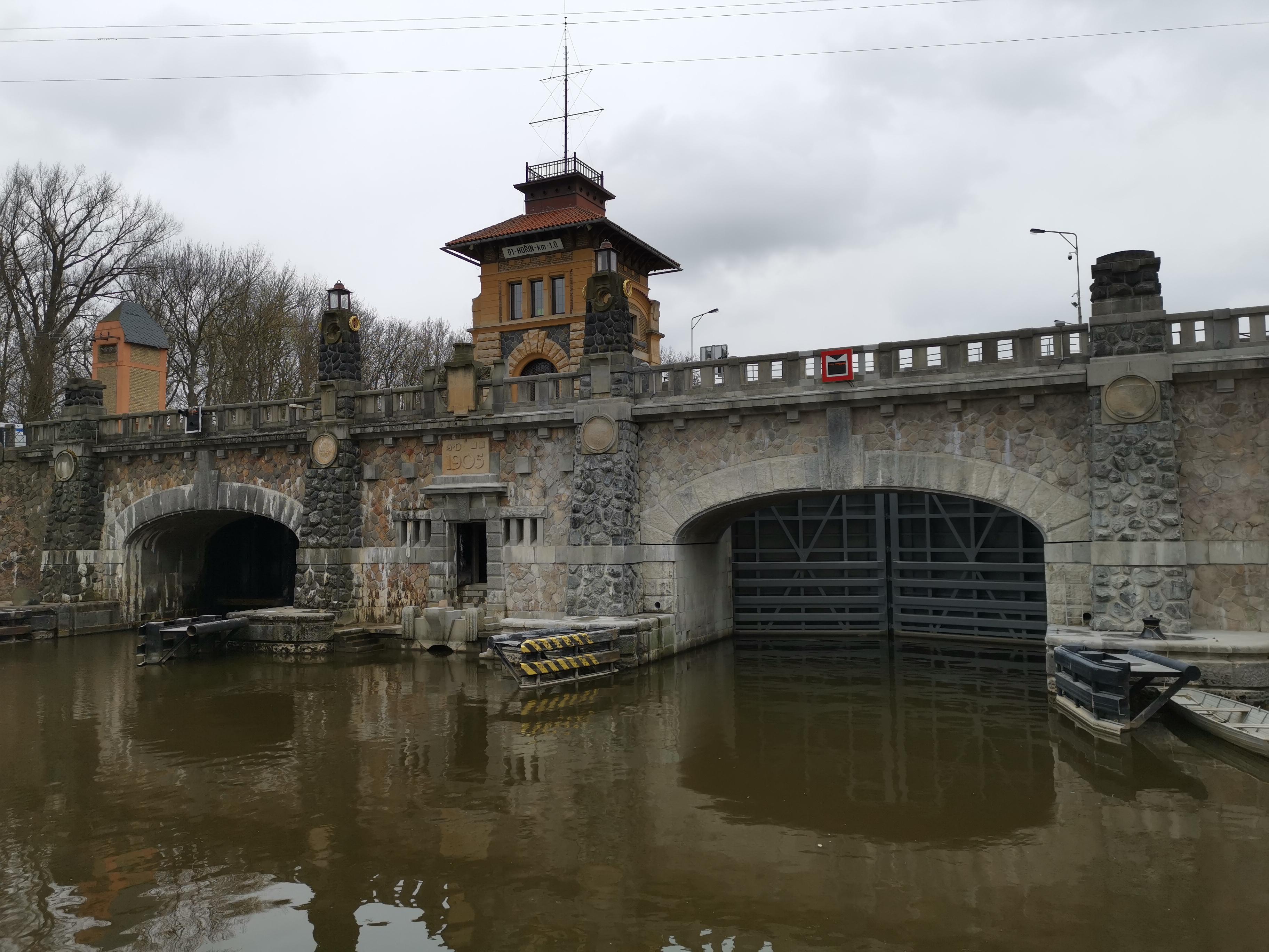 TZ-Unikatni-kamenny-most-pres-plavebni-komoru-v-Horine-se-poprve-oficialne-zdvihl-1spusteno.jpg
