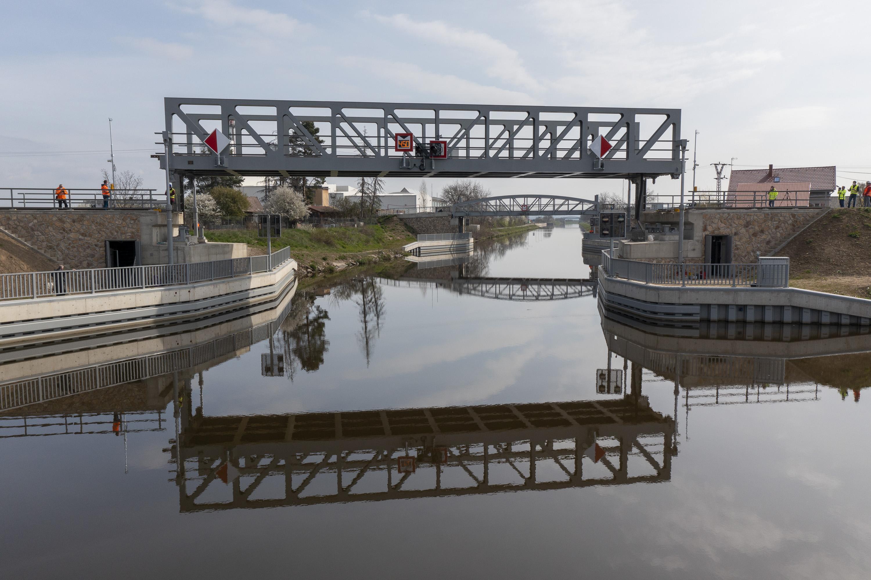 TZ-Unikatni-zeleznicni-most-pres-plavebni-kanal-na-Vltave-se-poprve-zkusebne-zdvihl2.jpg