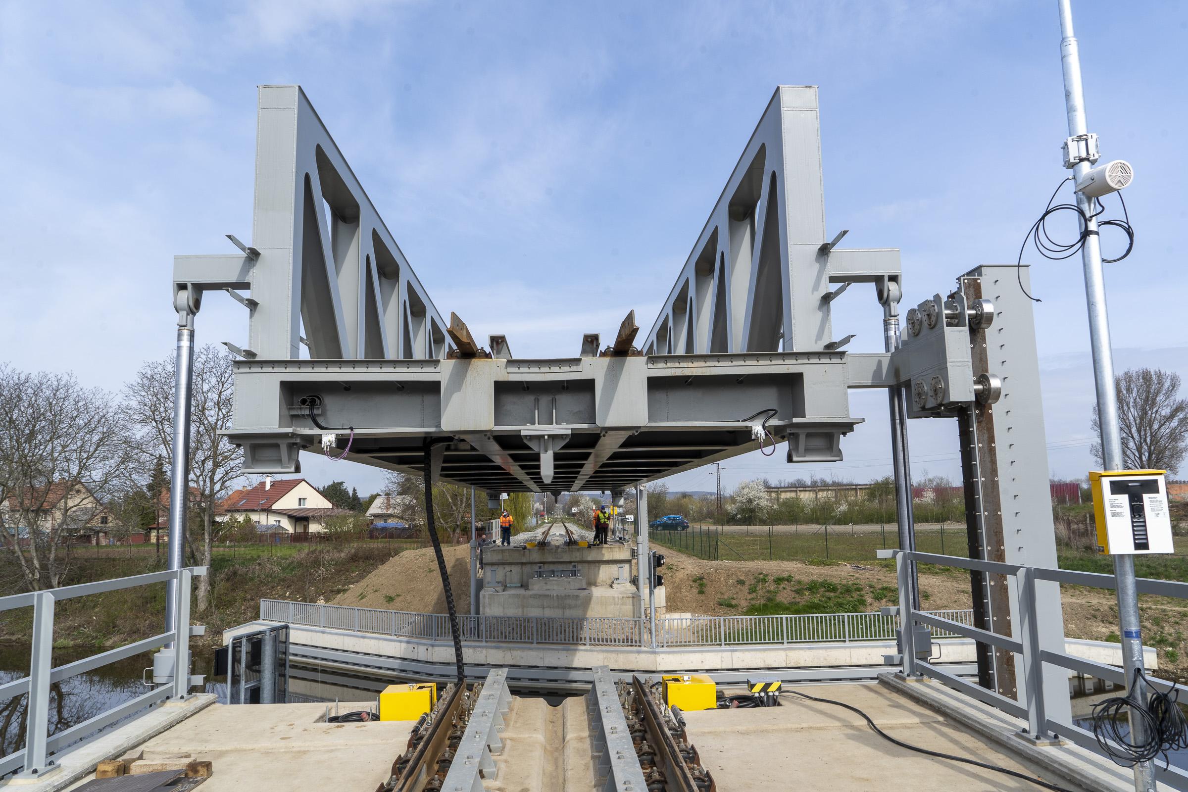 TZ-Unikatni-zeleznicni-most-pres-plavebni-kanal-na-Vltave-se-poprve-zkusebne-zdvihl4.jpg