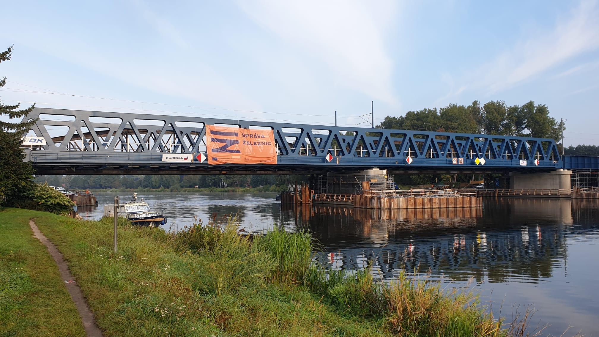Po novém mostě v Čelákovicích projíždějí první vlaky